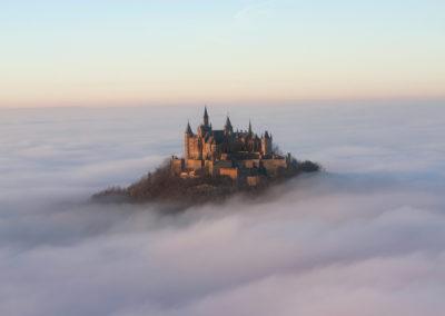 Burg Hohenzollern ragt aus dem Nebelmeer