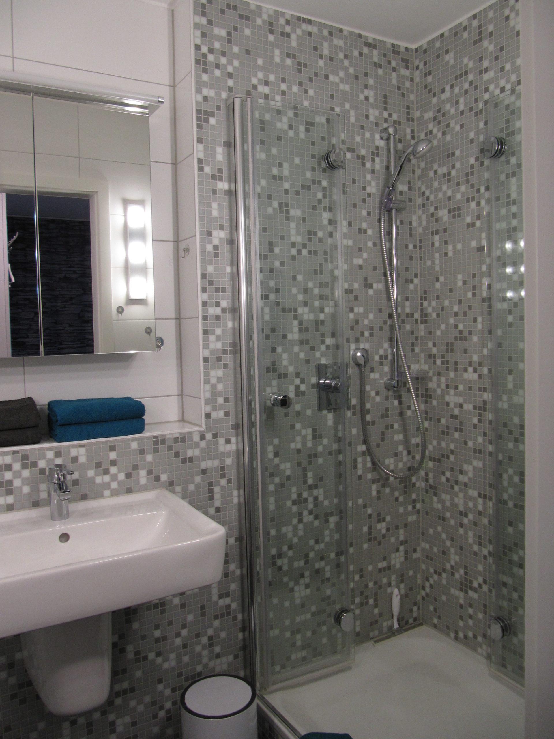 Waschbecken und Duschkabine im Badezimmer