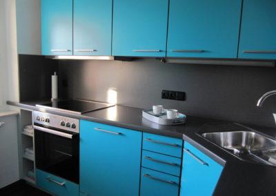Moderne Einbauküche in Blau mit Herd und Spülmaschine