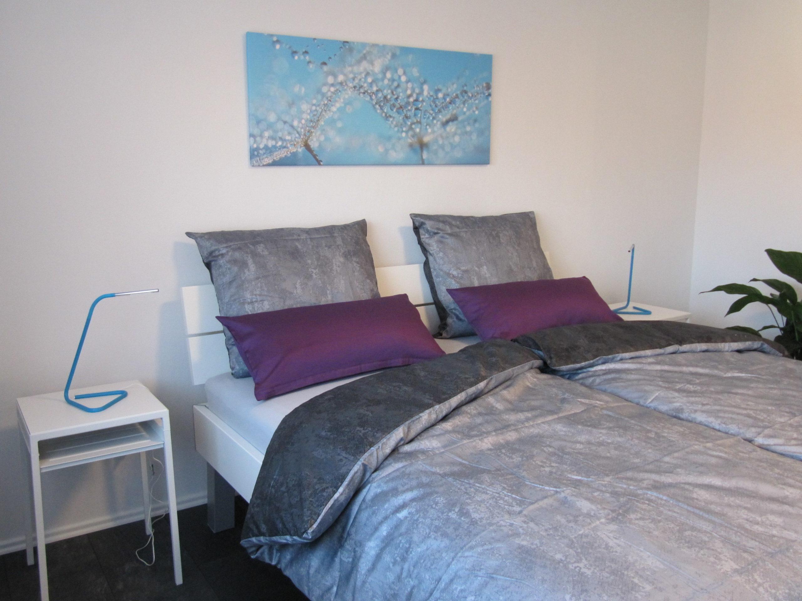 Großes Doppelbett im Schlafzimmer