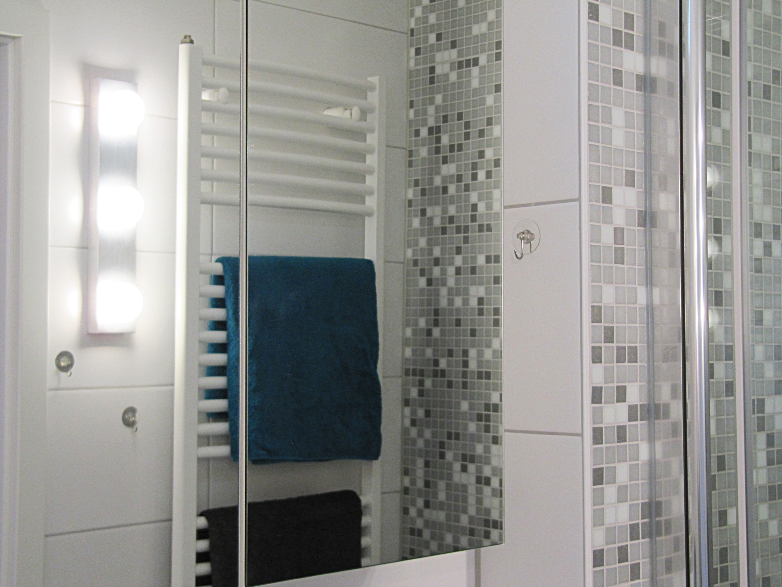 Modernes Bad mit Handtuchheizkörper