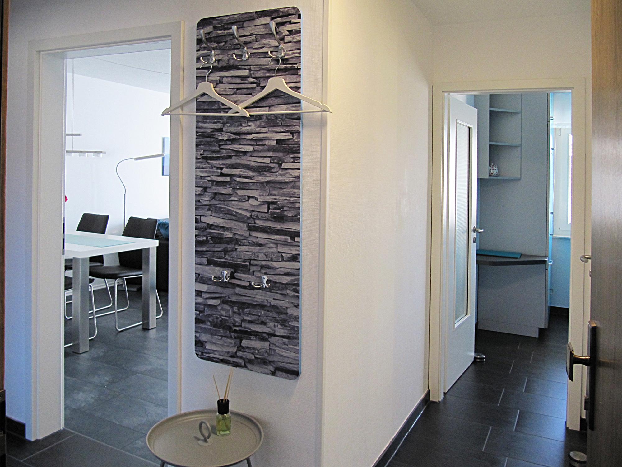 Diele mit Garderobe und Zugang zu Küche und Wohnzimmer