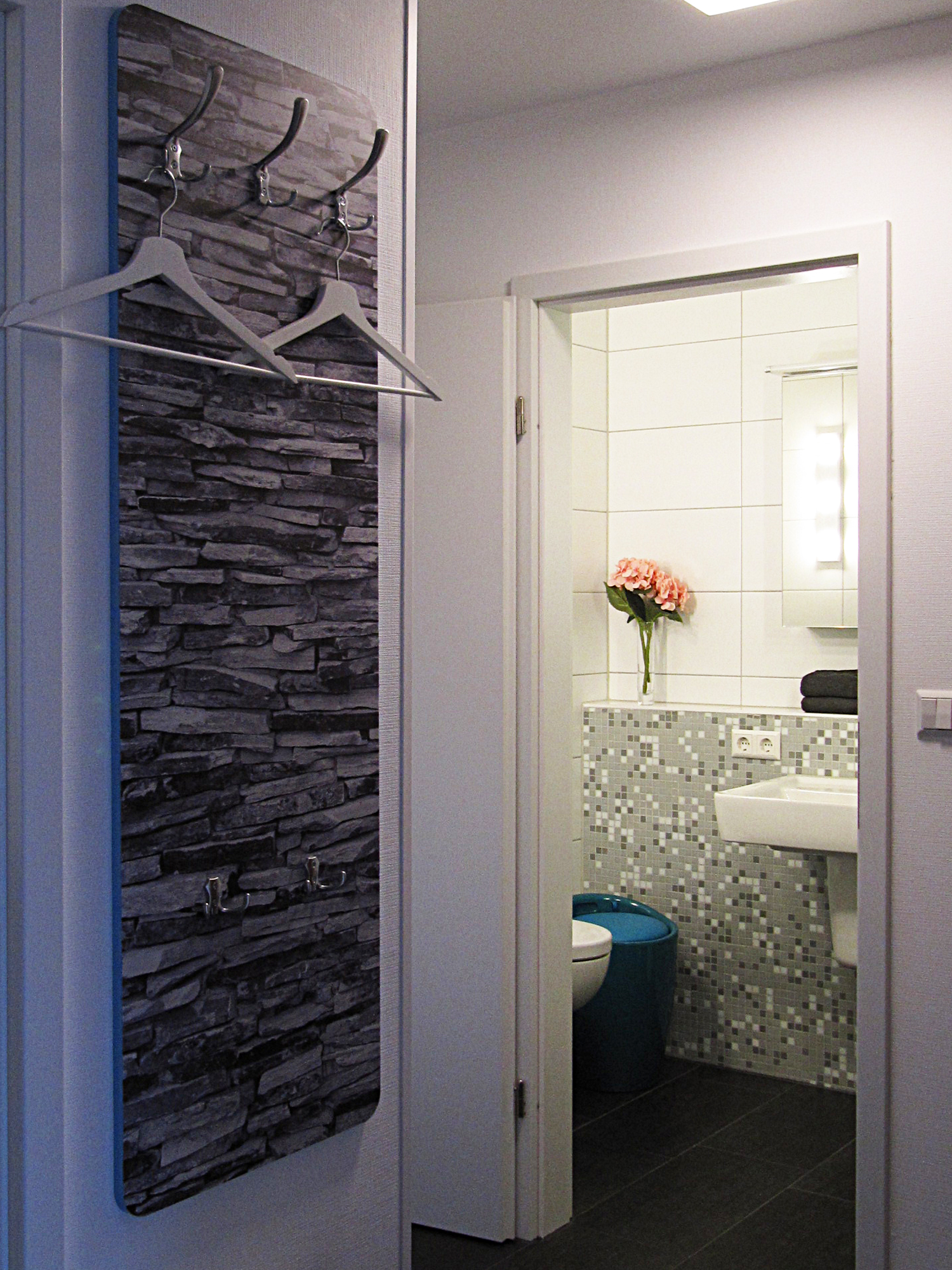 Diele mit Garderobe und Zugang zum Badezimmer