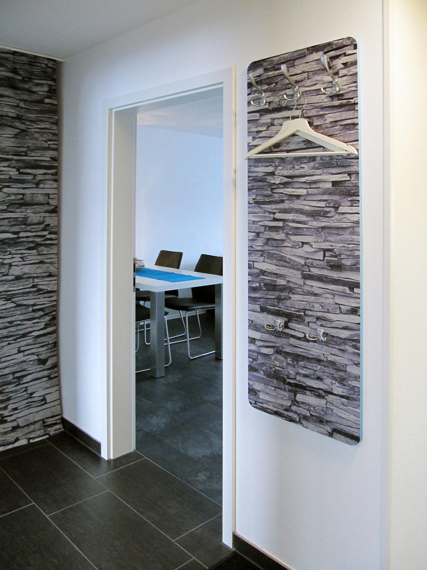Diele mit Garderobe und Zugang zum Wohnzimmer